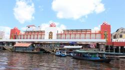 SUASANA DERMAGA PENYEBERANGAN SAMPIT-SERANAU : Suasana di dermaga penyeberangan Sampit-Seranau. Sebuah feri yang biasa melayani transportasi di kawasan ini tenggelam. Sebanyak delapan penumpang dan barang berharga berhasil diselamatkan.