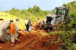 TURUN TANGAN : Wakil Bupati Seruyan Yulhaidir bersama sejumlah warga saat memperbaiki ruas jalan penghubung antara Rantau Pulut-Tumbang Manjul. Sejumlah perusahaan swasta juga terlibat dalam perbaikan itu.