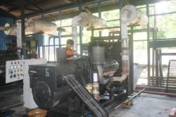 PERBAIKI MESIN : Petugas PLN Rayon Kuala Kurun, Kabupaten Gunung Mas melakukan perbaikan mesin PLN yang rusak beberapa waktu lalu. Saat ini PLN Rayon Kuala Kurun mengalami krisis energi listrik untuk disalurkan ke pelanggan.