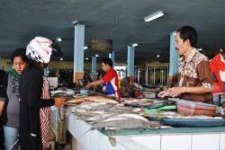 PEDAGANG : Aktivitas jual beli di pasar PPM Sampit. Terkait pendapatan daerah dari pengelolaan pasar, mendapat sindiran dari DPRD Kotim. Sebab, dinilai terlalu kecil.