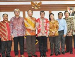 Ketua Komisi Informasi Pusat RI Abdulhamid Dipopramono dan Ketua Ombodsman RI Danang Girindrawardana (tengah), usai menandatangani MoU tentang keterbukaan informasi.
