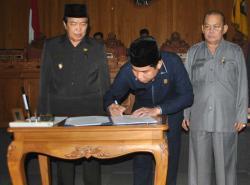 Wakil Bupati Kotawaringin Timur Taufiek Mukri bersama ketua DPRD John Krisli menandatangani kesdepakatan pembentukan kabupaten baru, Kotawaringin Utara.