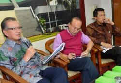 REVISI PERBANKAN: Dari kiri, Deputi Gubernur BI Halim Alamsyah, Pengamat Ekonomi Fuad Bawazier dan Anggota DPR Fraksi Partai Golkar M. Misbakhun menjadi narasumber diskusi Revisi Undang-Undang Perbankan, di Kompleks Parlemen Jakarta, Selasa (24/3/2015).