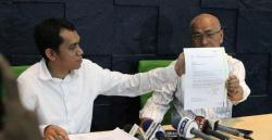 PEMBATALAN : Sekretaris PT Liga Indonesia Tigor Shalom Boboy menunjukkan surat dari BOPI yang tidak memberi rekomendasi penyelenggaraan turnamen pramusim. Di samping itu, pihak kepolisian juga menolak memberi izin keramaian.
