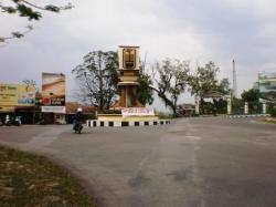 TUGU ADIPURA: Nampak tugu adipura di depan Istana Kuning, Pangkalan Bun, beberapa waktu lalu. Pemkab Kobar tahun ini optimis bisa meraih Piala Adiupura Kencana.