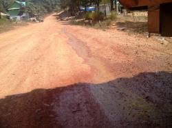 LIMBAH SAWIT: Nampak limbah sawit bertetesan dari bak truk milik PT KSK beberapa waktu lalu.