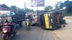 TERGULING: Sebuah truk pengangklut sembako terguling di Jalan Ahmad Yani KM 31 Loktabat, Kota Banjarbaru, Kalimantan Selatan, Kamis (21/05) sekitar pukul 17.30 Wita. Sang sopir mengalami luka parah akibat benturan di kepala.