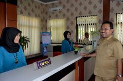 BECAK PERTAMA: Bupati Banjar Sultan Khairul Saleh meninjau ruang pelayanan gedung PATEN Kecamatan Martapura Kota, Kamis (21/5)