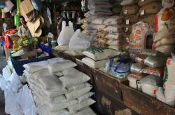 BERAS SINTETIS: Pedagang beras di pasar tengah menunggu pembeli. Anggota dewan meminta Disperindagsar Barito Utara mengawasi peredaran beras.