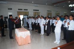 PELANTIKAN PJ KADES: Bupati Barito Utara Nadalsyah saat melantik empat penjabat Kades dan enam BPD di aula Bapedda, Kamis (21/5/2015).