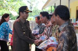 BANTUAN BANJIR: Bupati Gunung Mas Arton S Dohong menyerahkan bantuan kepada korban banjir di Desa Tumbang Lampahung, Kecamatan Kurun, Kamis (21/5).