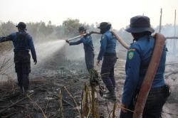 KEBAKARAN LAHAN: Proses pemadaman di sebuah lahan yang terbakar pada musim kemarau di Sampit, beberapa waktu lalu. Bahaya kebakaran lahan ini perlu diantisipasi seperti yang disampaikan kalangan DPRD Kotim.