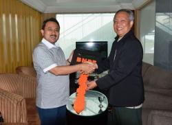 DAPAT BANTUAN: Bupati Banjar Khairul Saleh secara simbolis menerima kunci mobil tangki air dari BNPB, Jumat (22/5/2015). Sejak 2011 hingga 2015 ini BPBD Banjar terus mendapat penghargaan dari BNPB.