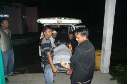 TEWAS: Akibat sambaran petis, warga yang bertedukdi sebuah pos tewas. jenazahnya dibawa ke Rumah Sakit dr Murjani, Sampit.