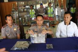 NARKOBA: Kapolres Kotim AKBP Hendra Wirawan (tengah) menunjukkan barang bukti sabu dan ekstasi dari tangan anggotanya yang kedapatan pesta narkoba di sebuah karoke.