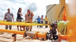DISEGEL: Katup tangki minyak sawit mentah (CPO) PT Gemareksa Mekarsari (GM) di Pelabuhan Kalaf, Bumiharjo, Kumai, Kabupaten Kotawaringin Barat (Kobar), masih dalam penyegelan polisi, Sabtu (23/5/2015). Katup tersebut mengalami kebocoran pada Sabtu pekan lalu.
