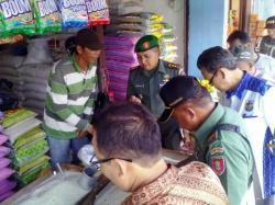 SIDAK BERAS: Dandim 1004 Kotabaru, Letkol Inf Khabib Mahfud memeriksa beras di beberapa pasar tradsisonal di Kotabaru, Kalsel bersama Disperindag Kotabaru, Sabtu (23/5/2015).