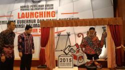 PELUNCURAN PILGUB: Gubernur Kalsel Rudy Arifin dan Ketua KPU Pusat Husni Kamil Malik, membuka layar maskot dan logo Pilgub Kalsel berupa rumah adat Banjar dan maskot bekantan, di Banjarmasin, Sabtu (23/5/2015).