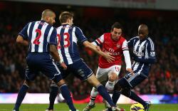 LEWATI LAWAN: Gelandang Arsenal asal Spanyol Santi Cazorla sedang berusaha melewati hadangan pemain West Bromwich Albion, Minggu malam. Dalam rangka mengemat tenaga dan menghindari cedera, Arsenal bakal bermain aman karena hampir pasti mengakhiri musim kompetisi di peringkat ke-3 Liga Premier.