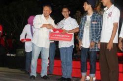 MANFAAT PERPUSTAKAAN: Wakil Chief Executive Coca Cola Foundation Triono Projosusilo menyerahkan hadiah perspseru award kepada kepala KPAD Kobar Safwan