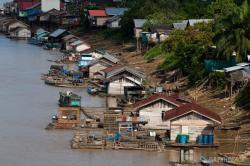TERCEMAR : Pemukiman warga di pinggir Sungai Katingan. BLH Katingan mengimbau warga agar tidak mengkonsumsi air Sungai Katingan karena tercemar zat-zat berbahaya.