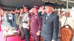 UPACARA HUT LAMANDAU: Sejumlah pejabat teras Kabupaten Lamandau, mengikuti upacara peringatan hari ulang tahun (HUT) ke-58 Provinsi Kalimantan Tengah di halaman Kantor Bupati Lamandau, Sabtu (23/5/2015). Tampak Ketua DPRD Lamandau, Tommy Hermal Ibrahim (paling kanan).
