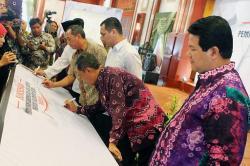 LOUNCHING PILGUB : Ketua KPU, Husin Kamil Manik menyaksikan Gubernur Kalsel Rudy Ariffin dan pengurus partai membubuhkan tanda tangan saat launching Pilgub di Banjarmasin, Sabtu (23/5).