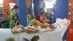 PAMERAN ISEN MULANG : Pengurus stan Pameran Barito Utara memajang produk khas Barito Utara pada Festival Budaya Isen Mulang di Palangka Raya, Minggu (24/5/2015).