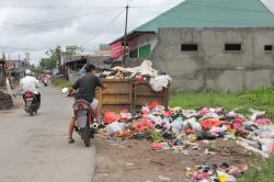 SAMPAH MEMBELUDAK: TPS di Jl Panjaitan Selatan, Sampit, tidak muat menampung sampah yang dibuang warga, beberapa waktu lalu. Pihak terkait diminta mengatasi persoalan sampah di kota yang kian membeludak.