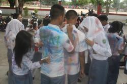 LUAPKAN KEGEMBIRAAN: Sejumlah siswa SMA meluapkan kegembiraan mereka degan corat-coret baju, setelah dinyatakan lulus ujian nasional. Dinas Pendidikan mengimbau kepala sekolah menggunakan dana BOS sesuai aturan.