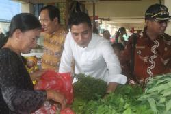 BERBELANJA SAYUR: Bupati Kotim Supian Hadi didampingi Wabup M taufiq Mukri dan Camat Parenggean Syamsudin Molano menyempatkan diri untuk berbelanja sayur-sayuran dan ikan sebagai oleh-olehnya ke Sampit, Rabu (23/5/2015).