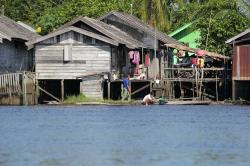 SUNGAI: Pemukiman warga yang berada di daerah aliran sungai. Armada transportasi air seperti taksi air memang masih menjadi primadona masyarakat kabupaten Seruyan. Tetapi, standar keselamatan transportasi itu harus menjadi perhatian dinas terkait.