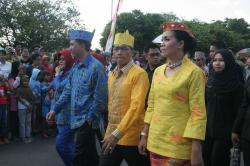 PAWAI BUDAYA: Bupati Mura Perdie M Yoseph (tengah) saat mengikuti pawai budaya dalam rangka Festival Budaya Isen Mulang yang dilangsungkan di Kota Palangka Raya, beberapa waktu lalu.