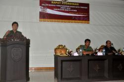 RAKOR PBDT : Kepala Bappeda Barito Utara, Muklis saat memberikan paparan pada rapat koordinasi 'Pemutakhiran Basis Data Terpadu (PBDT) 2015' di aula Bappeda, Senin (25/5/2015).