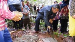 BATU PERTAMA: Bupati Seruyan Sudarsono melakukan peletakan batu pertama sebagai tanda dimulainya pembangunan Pembangkit Listrik Tenaga Air atau Pembangkit Listrik Tenaga Mikro Hidro di Desa Tumbang Langkai, Kecamatan Suling Tambung.
