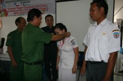 PESERTA PELATIHAN: Sekda Mura, Syarkawi mengalungkan tanda peserta saat meresmikan Pelatihan Mentalitas Pelayanan Prima dan Manajemen Leadership Psikologi Lingkup Dinas Kesehatan, Senin (25/5).