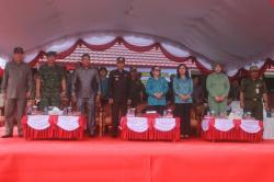 UPCARA PERINGATAN: Bupati Gunung Mas Arton S Dohong bersama sejumlah pejabat ketika menghadiri peringatan BBGRM, HKG, Harganas dan PM2L di Desa Hurung Bunut, Kecamatan Kurun, Senin (25/5).