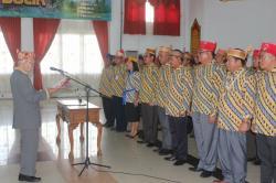 LANTIK PENGURUS: Ketua Dewan Adat Dayak (DAD) Kalimantan Tengah (Kalteng), Sabran Achmad, melantik penguru DAD Kabupaten Lamandau, yang diketuai Bupati Marukan, yang bergelar Mas Labihi Patih Kunci, di GPU Lantang Torang, Senin (25/5/2015).