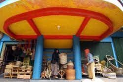 SENTRA USAHA : Pengunjung melihat-lihat barang rotan hasil kerajinan di pusat oleh-oleh dan kerajinan di Rajapolah, Tasikmalaya, Jawa Barat. Sementara itu di Kabupaten Bartim, para pengrajin mendambakan bantuan modal.