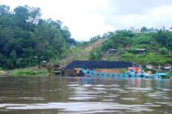 AKTIVITAS PERAMBANGAN : Tempat penyimpanan ( stockpile) batubara milik salah satu perusahaan tambang sangat dekat dengan Sungai Barito. Kondisi tersebut memungkinkan pencemaran sungai apabila terjadi hujan.
