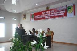 SOSIALISASI PTSP : Sekda Barito Utara Jainal Abidin saat membacakan sambutan Bupati pada Sosialisasi Peraturan dan Ketentuan Penyelenggaraan PTSP bidang Penanaman Modal, di aula Bapedda, Selasa (26/5/2015).