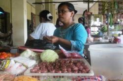 JAJAKAN DAGANGAN: Pedagang menjajakan dagangannya di sebuah lapak di PPM Sampit, Selasa (26/5/2015). Jelang Ramadan harga kebutuhan pokok melambung, penaikan tertinggi pada bawang merah, yakni Rp45 ribu per kg.