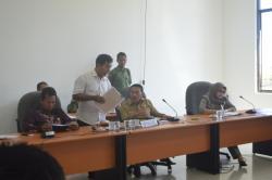 BUKTI SURAT: Salah satu warga Kuala Pembuang ketika menunjukkan surat-surat tanah miliknya kepada Wakil Ketua DPRD Seruan Norhasan, yang dikatakan masuk dalam kawasan konservasi PT RRC di kawasan Sigintung