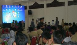 SAMPAIKAN ARAHAn: Bupati Mura menyampaikan arahan dalam Sosialisasi Peraturan Perundang-undangan tentang Desa, di GPU Tira Tangka Balang, Selasa (26/5).