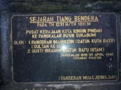 PRASASTI: inilah prasasti yangn berada di bawah Tiang Sangga Buana atau yang biasa disebut Tiang Bendera, yanng menandai berdirinya Kesultanan Kotawaringin di Sukabumi atau Pangkalan Bun.