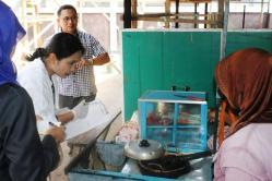 JAJANAN BERBAHAYA: Petugas kesehatan mengecek jajanan di salah satu sekolah di Kota Sampit. Hasil uji laboratorium terdapat 22 sampel jajanan positif mengandung zat berbahaya.