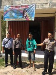PENGEDAR ZENIT: Kapolsek Katingan Hilir Iptu Yusiyadi (kanan) dan dua anggotanya menggelandang Airus, salah seorang pengedar zenit, Rabu (27/5/2015).