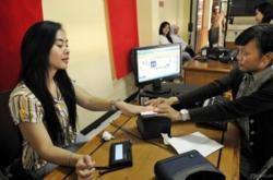 REKAM DATA : Petugas Dukcapil sedang mengambil data warga yang hendak membuat KTP. Sementara itu Dukcapil Pemkab Banjar tidak bisa mencetak fisik e-KTP, karena ada gangguan teknis.