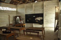 FOTO BERSAMA: Kondisi sekolah di Desa Gantung, Kecamatan Manggar, Kabupaten Belitung Timur, Provinsi Bangka Belitung (Babel). Sementara itu di Kabupaten Bartim, setiap kali kegiatan reses, anggota DPRD Bartim selalu menemukan gedung sekolah dalam kondisi yang memprihatinkan.