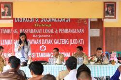 LAKUKAN SOSIALISASI: Koordinator Penggalangan Dukungan Jaringan Advokasi Tambang Nasional (Jatam) Ommbu Wulang T Paranggi dalam acara sosialisasi di Mekar Jaya, Parenggean.